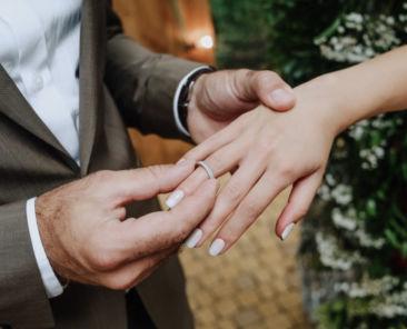 marie-met-bague-main-mariee-lors-ceremonie_8353-5758
